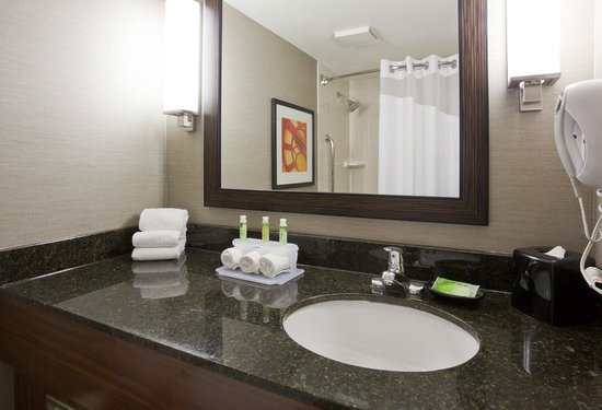 Holiday Inn Express Hotel & Suites Bloomington West: Guest Bathroom