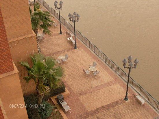 Savannah Marriott Riverfront: View down the balcony