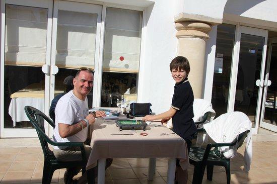Winzrik Resort & Thalasso Djerba : sur la terrasse , partageant le cadeau du Père Noel