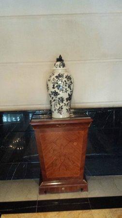 Diplomatic Hotel: Detalhe da decoração no lobby do hotel