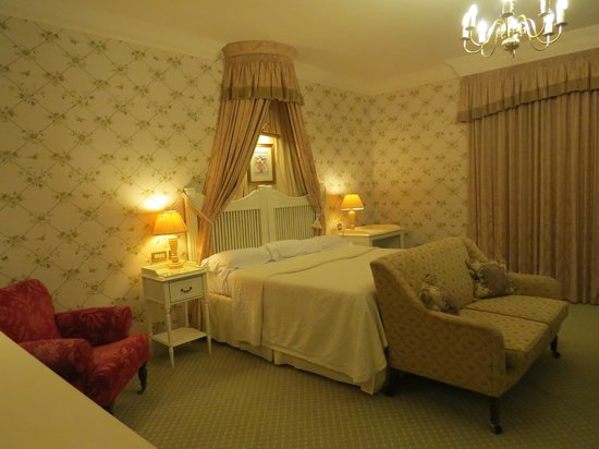 Ballynahinch Castle Hotel: Lower level room bed in room