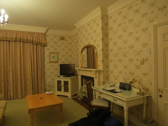 Ballynahinch Castle Hotel: Lower level room -desk and siiting in room