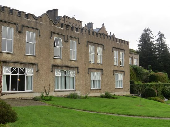 Ballynahinch Castle Hotel: Back of Ballynahinch from lower level