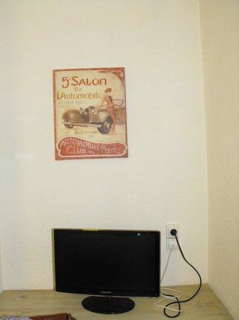 Hotel de Paris: Картина и монитор в номере