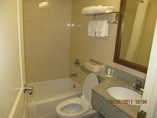 Comfort Inn At LaGuardia Airport: Bathroom