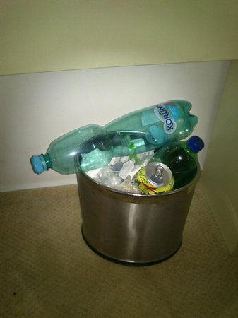 Gloria Hotel: trashcan after 2 days :)