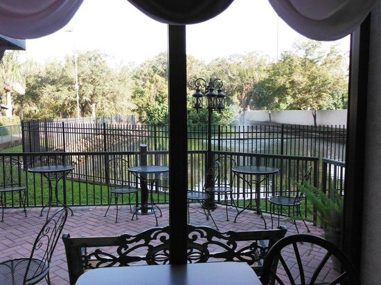 Comfort Suites Tampa / Brandon: Breakfast area overlooking the patio and a pond