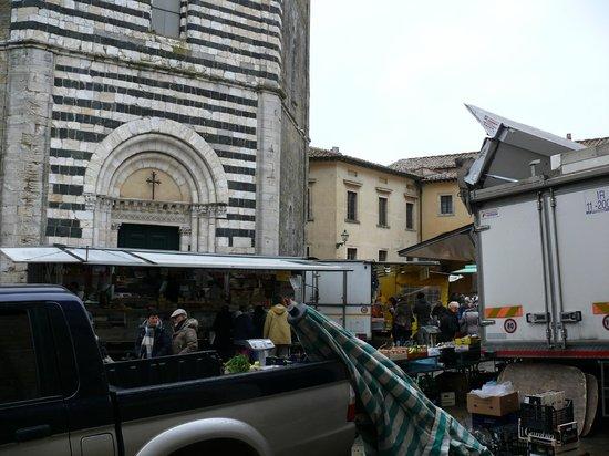 Cathedral of Volterra (Duomo): La facciata dovrebbe esser bella