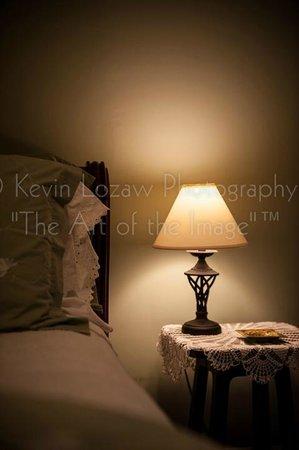 Casa Bella Inn: Lamp in Bedroom