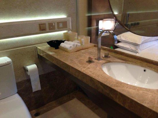 Harbour Grand Hong Kong: 貼心的設計,讓你在浴室裡也能看到電視
