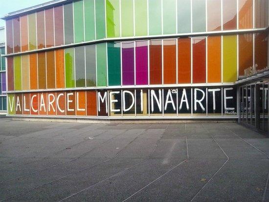 MUSAC - Museo de Arte Contemporáneo de Castilla y León: Pintada en la Fachada
