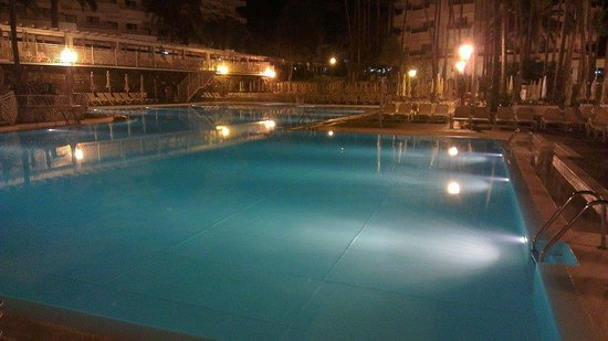 Hotel Servatur Waikiki: Pool at Night
