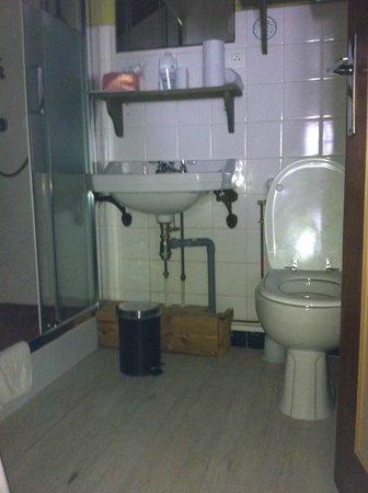 Hotel U'Fredy: bagno della camera