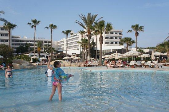 Adams Beach Hotel: один из бассейнов