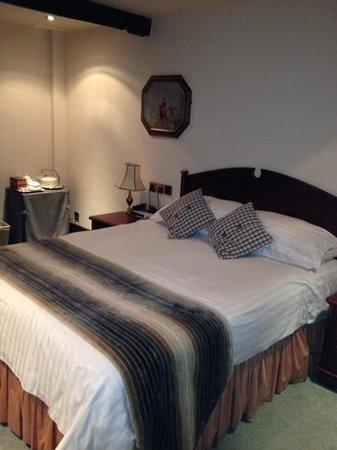 Ye Horns Inn: double bed room