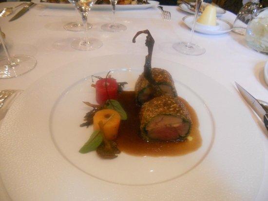 Le Cinq : Pigeonneau au sang de Touraine, fumé, en croûte de céréales au foie gras, betteraves à la mélass