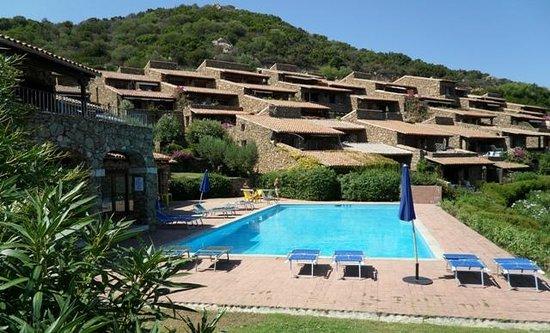 Villaggio Est: Bella piscina con solarium vista mare