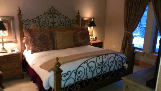 The Chateaux Deer Valley: King size bed