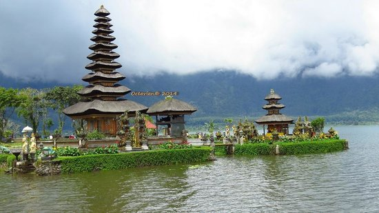 Ulun Danu Bratan Temple: Breath-taking.. See your IDR 50k bill..