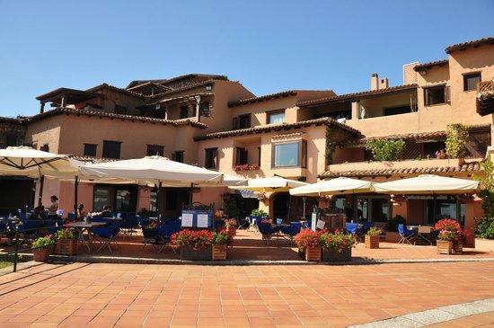 Villaggio Est: Piazzetta con bar - pizzeria e fast food: Bluebar e Caffè delle Rose