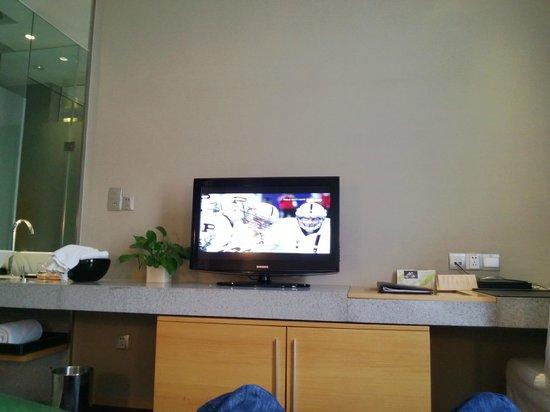 Royal Tulip Carat Guangzhou: В комнате телевизор и раковина находится НА ОДНОЙ столешнице. Т.е. сама раковина прямо в комнате