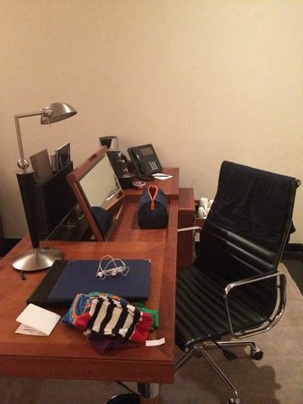 Jumeirah Emirates Towers: Working station (with Nespresso machine!)