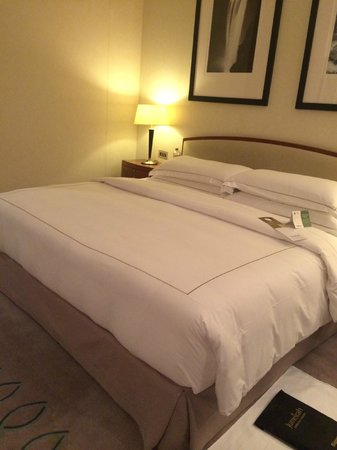 Jumeirah Emirates Towers: Bed just turned down by housekeeper