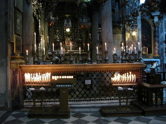 Basilica della Santissima Annunziata - Chiesa di Santa Maria della Scala: Altar in side chapel at the Santissima Annunziata