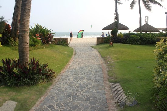 Bamboo Village Beach Resort & Spa : Выход на пляж