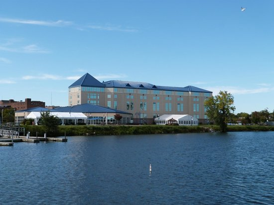 Ramada Plaza by Wyndham Geneva Lakefront Resort: View of hotel from across the lake