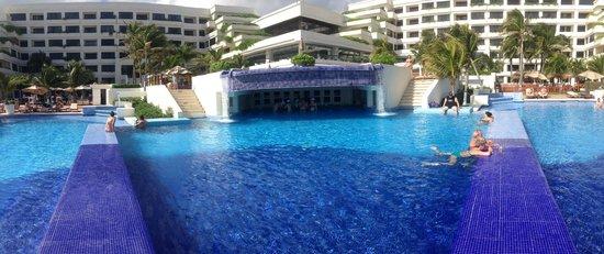 Grand Oasis Sens: view into the swim up bar!