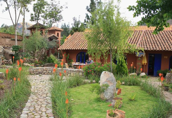 La Capilla Lodge: Enjoying wine while relaxing in lovely garden area