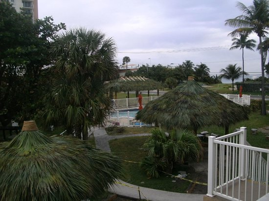 Budget Inn Ocean Resort: View with tiki huts and path to beach in background