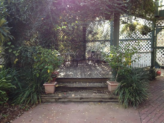 Florida House Inn : Beautiful sitting area in garden.