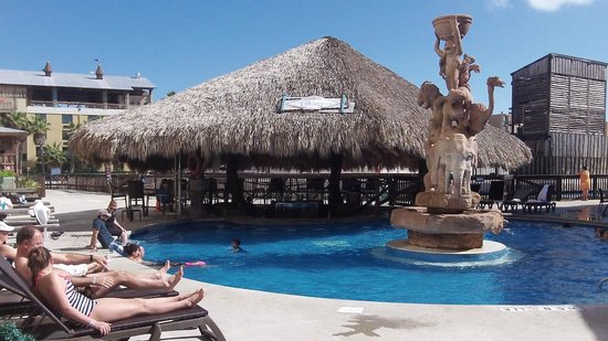 Schlitterbahn Beach Resort: The bar located in the outside heated pool