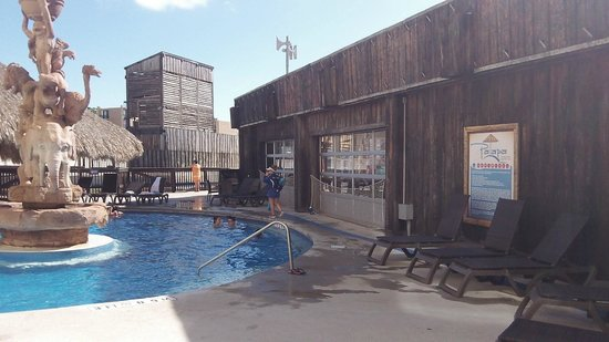 Schlitterbahn Beach Resort: The outside heated pool