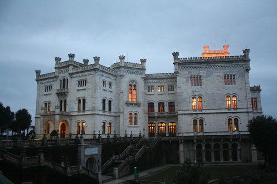 Museo Storico del Castello di Miramare: Miramare la sera