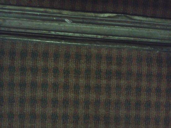 Econo Lodge Lebanon : Dirt and Frayed Cord on Floor