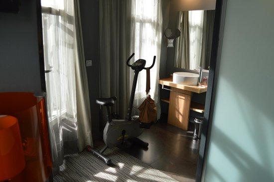 Petit Palace Alcala : номер и умывальник прямо в номере