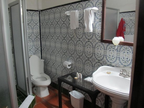 La Mariposa Hotel: the bathroom
