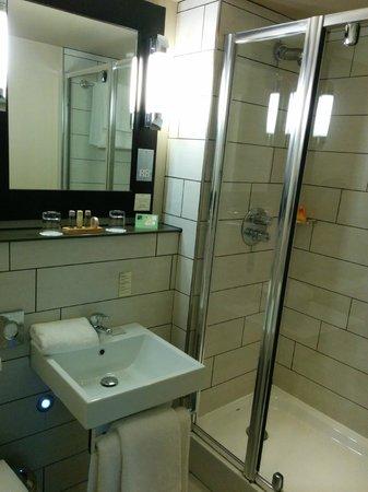 Heywood House Hotel : Standard Twin Bathroom