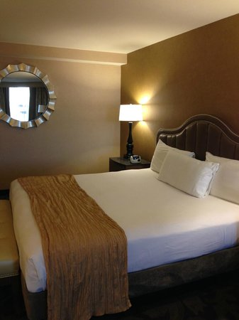 The Orleans Hotel & Casino : Beds and mirror