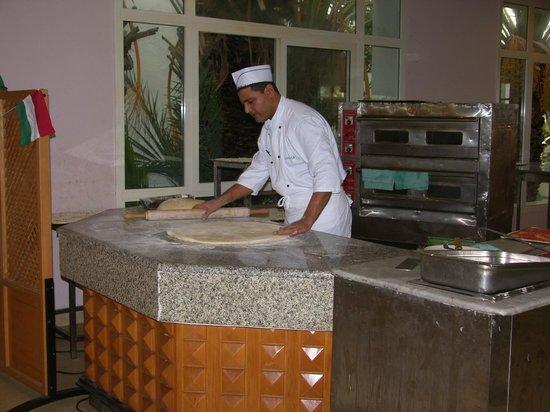 El Mouradi Club Kantaoui : Повар за изготовлением пиццы