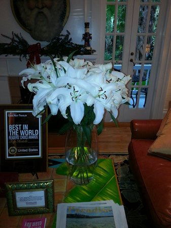 The Gardens Hotel: Fresh Flowers .....delivered weekly....are visible throughout the Inn....add a sumptuous feeling