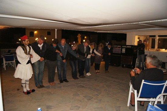 The Aeolos Beach Hotel : греческий вечер в баре у бассейна