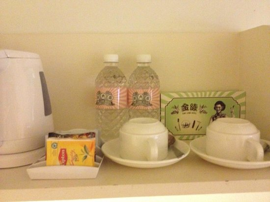 Kam Leng Hotel: Complimentary water and tea