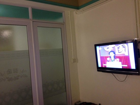 Kam Leng Hotel: TV and bathroom door