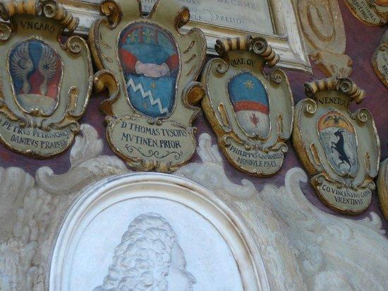 Teatro Anatomico: Palazzo dell' Archiginnasio - Familienwappen in den Gängen
