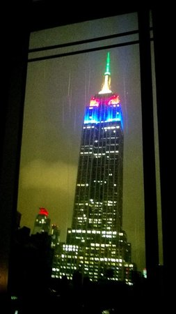 SpringHill Suites New York Midtown Manhattan/Fifth Avenue : Nighttime view from suite