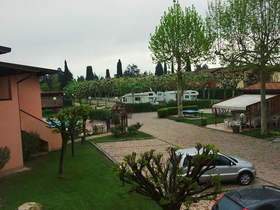 Villaggio Lugana Marina: Парковка рядом с домиком